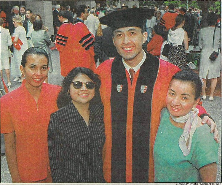 Abogado de Inmigracio%cc%81n Nelson A Castillo y Familia Graduacio%cc%81n Escuela de Leyes Newsday Foto